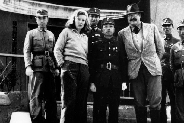 Martha Gellhorn y Ernest Hemingway con el General Yu Hanmou en Chungking, China, en 1941. (D.P.).