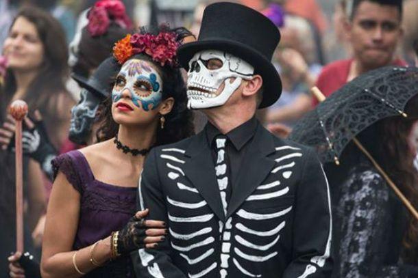 Craig rememorando al Barón Samedi del primer Bond de Roger Moore, y con la chica mexicana que se muere por sus huesos.