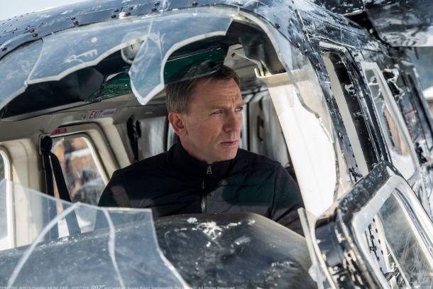 James Bond pensando en lo fácil que resulta todo cuando los vehículos no son tuyos.
