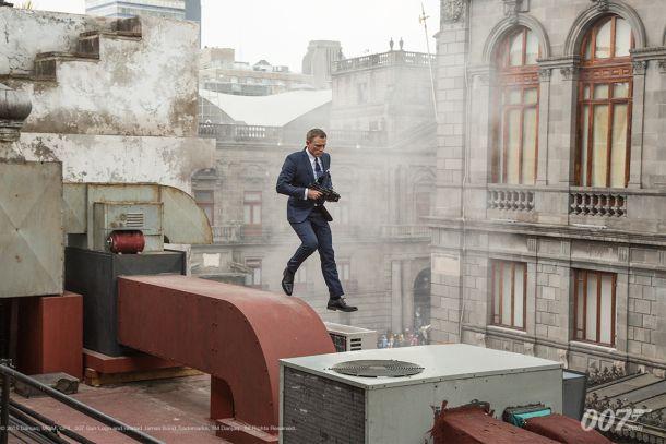 A Bond nunca se le arruga el traje.