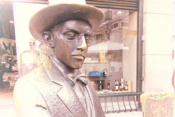 Efigie de Fernando Pessoa, obra de Lagoa Henriques.